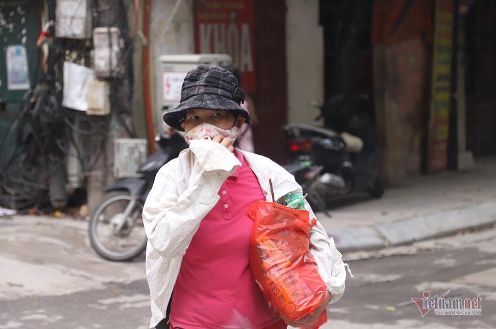 Quanh nhà máy Rạng Đông cửa đóng then cài, cháy hàng khẩu trang, nước muối-12