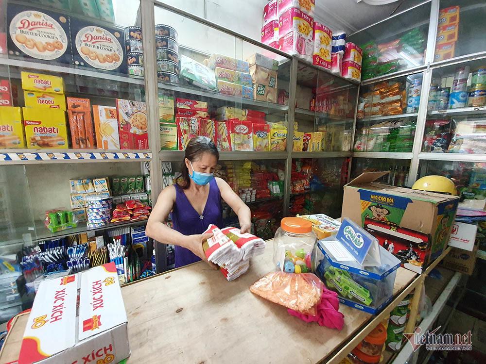 Quanh nhà máy Rạng Đông cửa đóng then cài, cháy hàng khẩu trang, nước muối-2