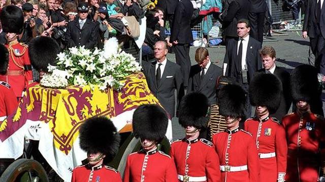 22 năm ngày mất của Công nương Diana quá cố: Nhiếp ảnh gia tiết lộ chi tiết đau lòng trong đám tang lịch sử-1
