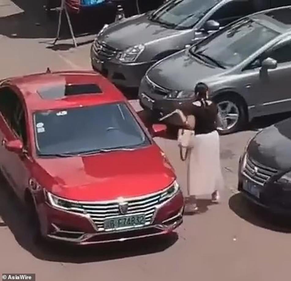Đến bãi đậu xe còn thủ sẵn thước dây, hành động của người phụ nữ khiến dân mạng chết cười nhưng cũng nể hết cỡ-2