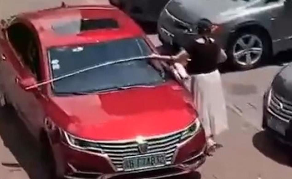 Đến bãi đậu xe còn thủ sẵn thước dây, hành động của người phụ nữ khiến dân mạng chết cười nhưng cũng nể hết cỡ-3