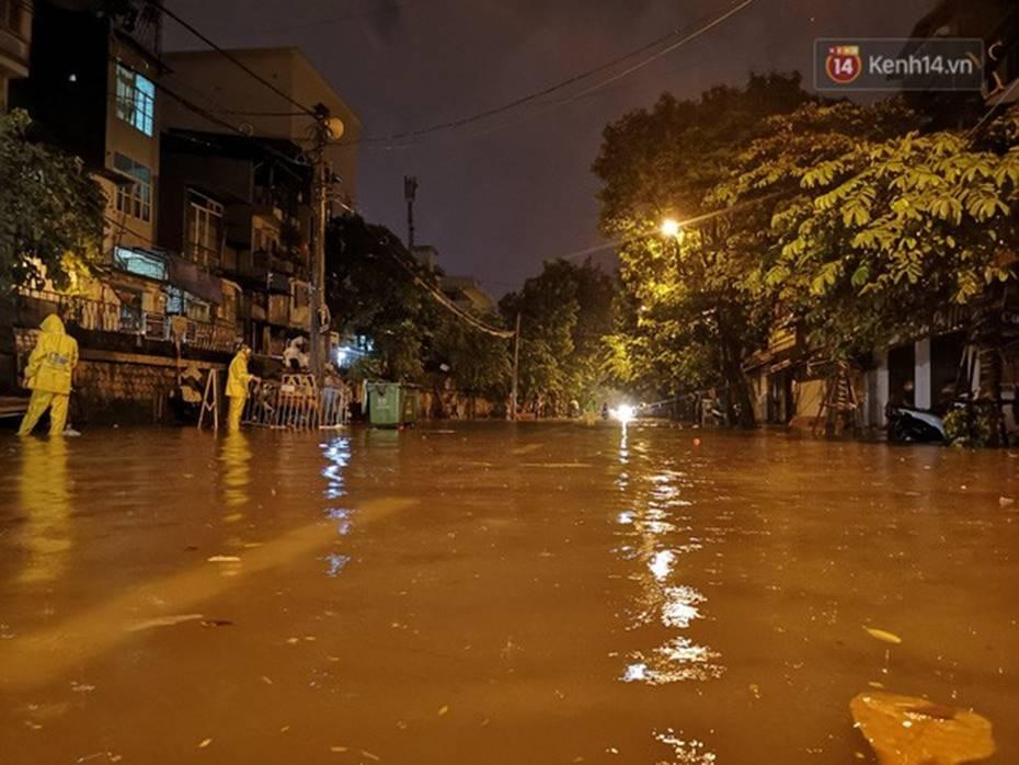 Hà Nội: Phố Phùng Hưng ngập nặng phải dựng rào chắn ngăn phương tiện-1