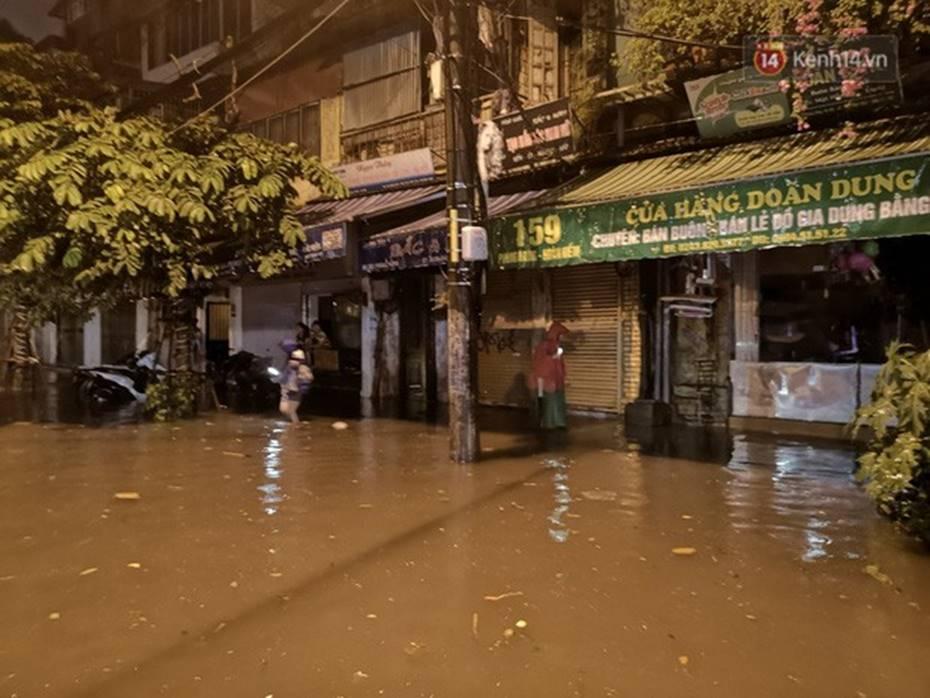 Hà Nội: Phố Phùng Hưng ngập nặng phải dựng rào chắn ngăn phương tiện-2
