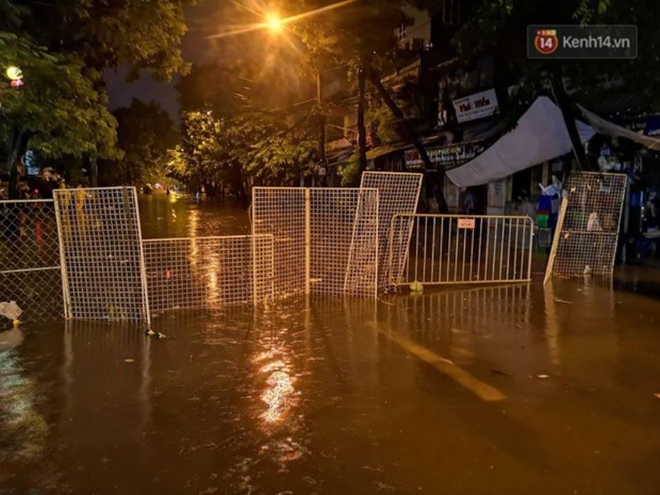 Hà Nội: Phố Phùng Hưng ngập nặng phải dựng rào chắn ngăn phương tiện-3