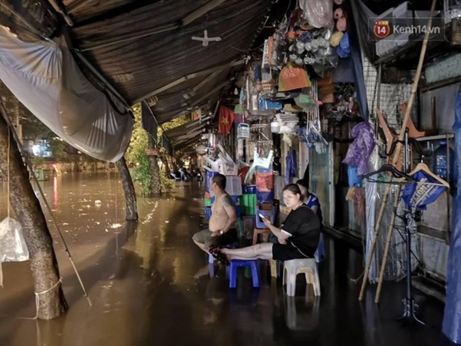 Hà Nội: Phố Phùng Hưng ngập nặng phải dựng rào chắn ngăn phương tiện-5