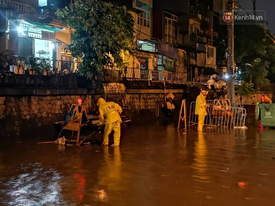 Hà Nội: Phố Phùng Hưng ngập nặng phải dựng rào chắn ngăn phương tiện-11