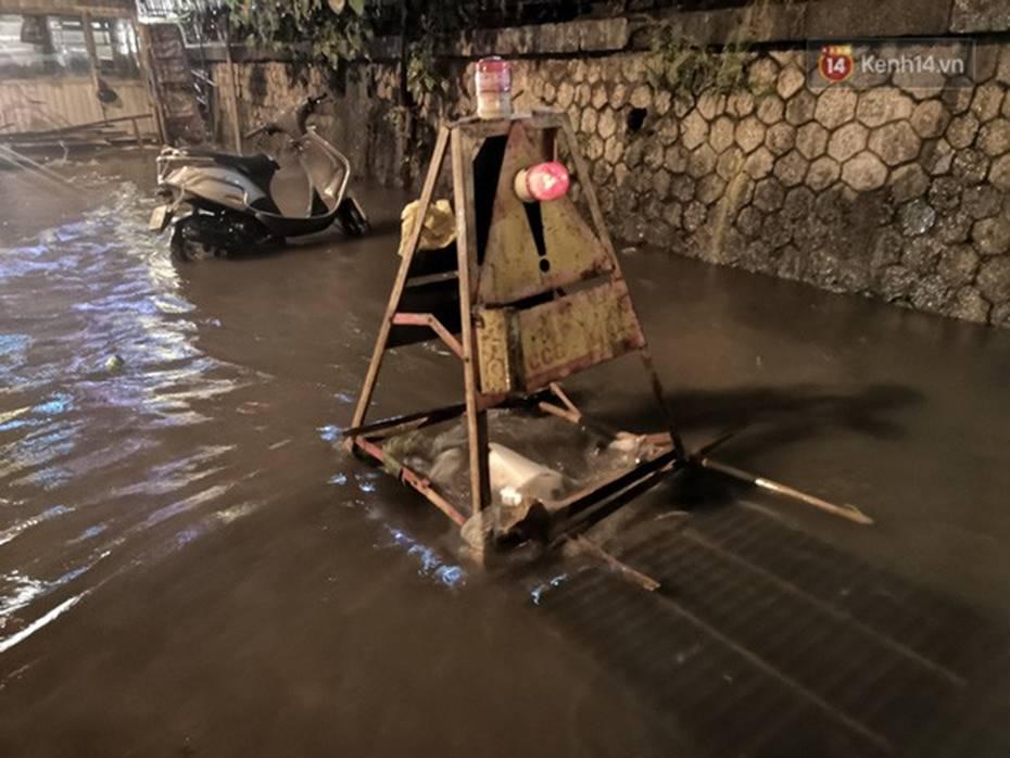 Hà Nội: Phố Phùng Hưng ngập nặng phải dựng rào chắn ngăn phương tiện-12