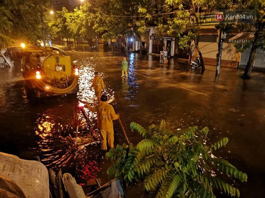 Hà Nội: Phố Phùng Hưng ngập nặng phải dựng rào chắn ngăn phương tiện-13