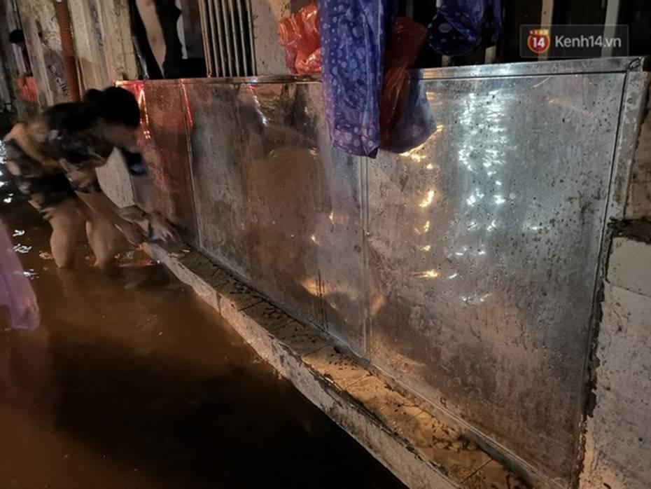 Hà Nội: Phố Phùng Hưng ngập nặng phải dựng rào chắn ngăn phương tiện-7