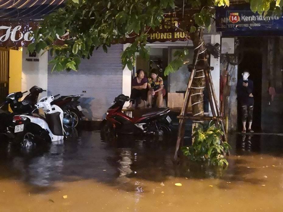 Hà Nội: Phố Phùng Hưng ngập nặng phải dựng rào chắn ngăn phương tiện-8