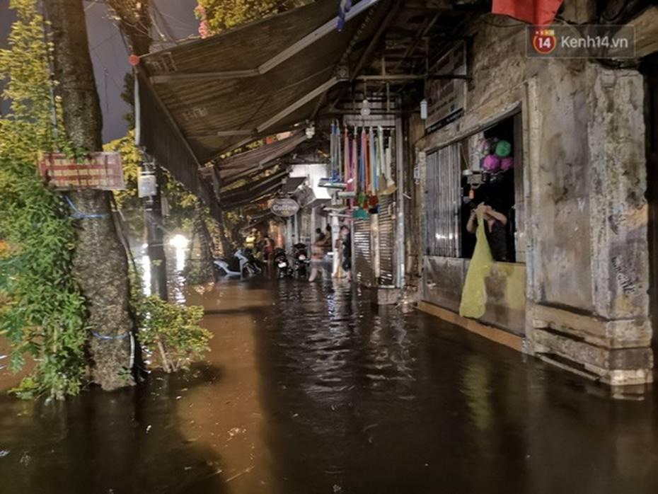 Hà Nội: Phố Phùng Hưng ngập nặng phải dựng rào chắn ngăn phương tiện-9