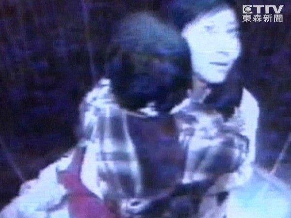 Vụ mất tích bí ẩn chấn động: Mẹ ôm con vào thang máy cởi áo khoác và giày rồi lao ra ngoài biến mất suốt 11 năm-1