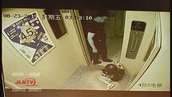 Xin số điện thoại không được, yêu râu xanh giở trò sờ soạng cô gái ngay trong thang máy-1