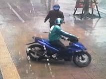 Mặc đồ Grab chở theo đồng bọn trộm xe máy