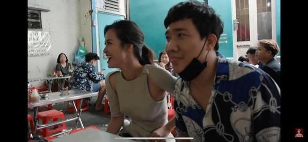 Để hết người thương ở nhà, Đông Nhi la cà quán xá cùng Trấn Thành nhưng lại mặc bộ đầm có chi tiết dễ gây hiểu lầm-1