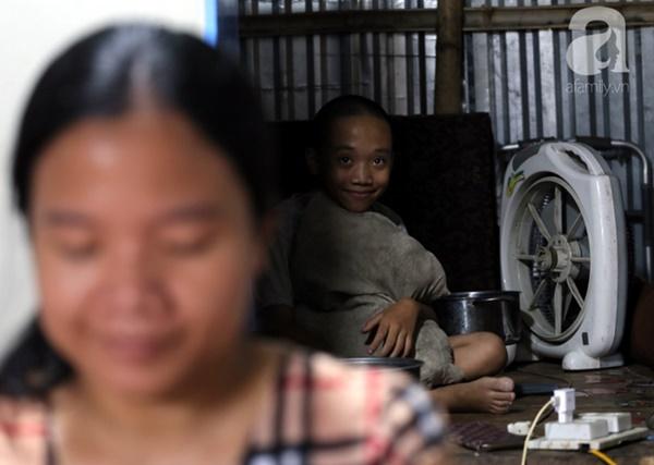 Chuyện rớt nước mắt sau túp lều dựng tạm ven đường của người mẹ cụt chân, một mình nuôi con trai khờ ở Hà Nội-5