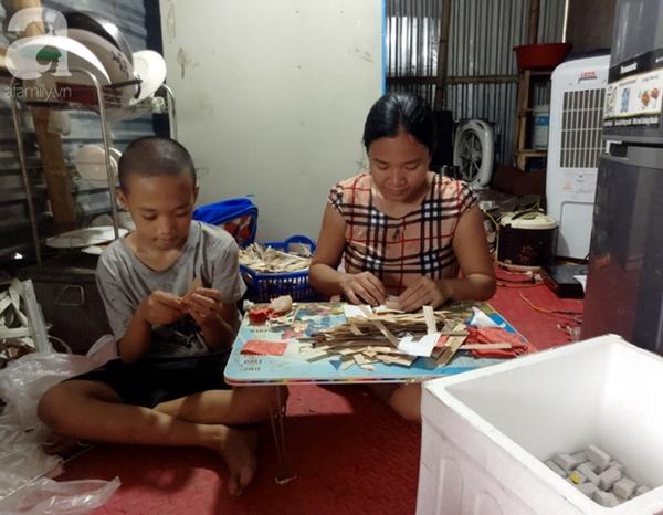 Chuyện rớt nước mắt sau túp lều dựng tạm ven đường của người mẹ cụt chân, một mình nuôi con trai khờ ở Hà Nội-8