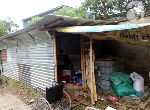 Chuyện rớt nước mắt sau túp lều dựng tạm ven đường của người mẹ cụt chân, một mình nuôi con trai khờ ở Hà Nội-10