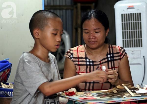 Chuyện rớt nước mắt sau túp lều dựng tạm ven đường của người mẹ cụt chân, một mình nuôi con trai khờ ở Hà Nội-11