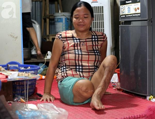 Chuyện rớt nước mắt sau túp lều dựng tạm ven đường của người mẹ cụt chân, một mình nuôi con trai khờ ở Hà Nội-12