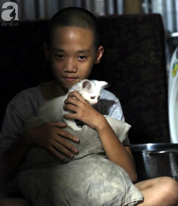 Chuyện rớt nước mắt sau túp lều dựng tạm ven đường của người mẹ cụt chân, một mình nuôi con trai khờ ở Hà Nội-13