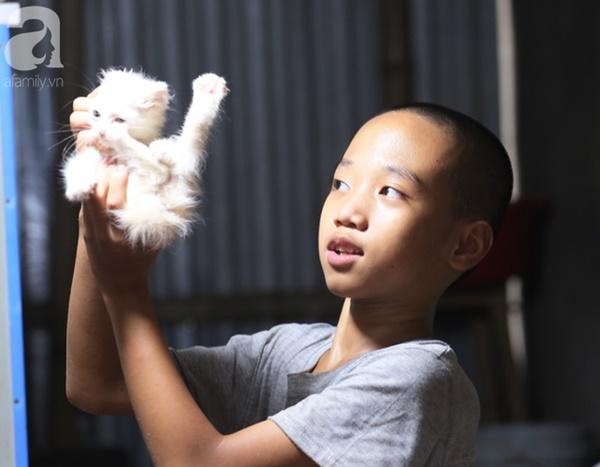 Chuyện rớt nước mắt sau túp lều dựng tạm ven đường của người mẹ cụt chân, một mình nuôi con trai khờ ở Hà Nội-14