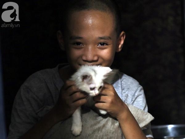 Chuyện rớt nước mắt sau túp lều dựng tạm ven đường của người mẹ cụt chân, một mình nuôi con trai khờ ở Hà Nội-15