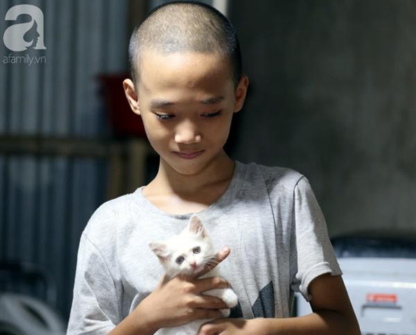 Chuyện rớt nước mắt sau túp lều dựng tạm ven đường của người mẹ cụt chân, một mình nuôi con trai khờ ở Hà Nội-16