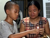 Chuyện rớt nước mắt sau túp lều dựng tạm ven đường của người mẹ cụt chân, một mình nuôi con trai khờ ở Hà Nội