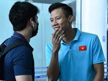 Quế Ngọc Hải trêu trợ lý của HLV Park trước giờ lên đường đến Thái Lan