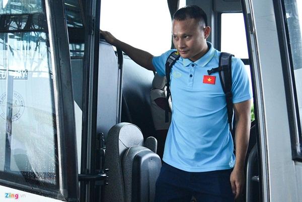 Quế Ngọc Hải trêu trợ lý của HLV Park trước giờ lên đường đến Thái Lan-2