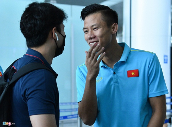 Quế Ngọc Hải trêu trợ lý của HLV Park trước giờ lên đường đến Thái Lan-4