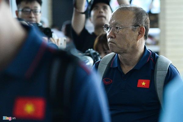 Quế Ngọc Hải trêu trợ lý của HLV Park trước giờ lên đường đến Thái Lan-6