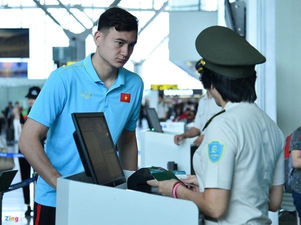 Quế Ngọc Hải trêu trợ lý của HLV Park trước giờ lên đường đến Thái Lan-7