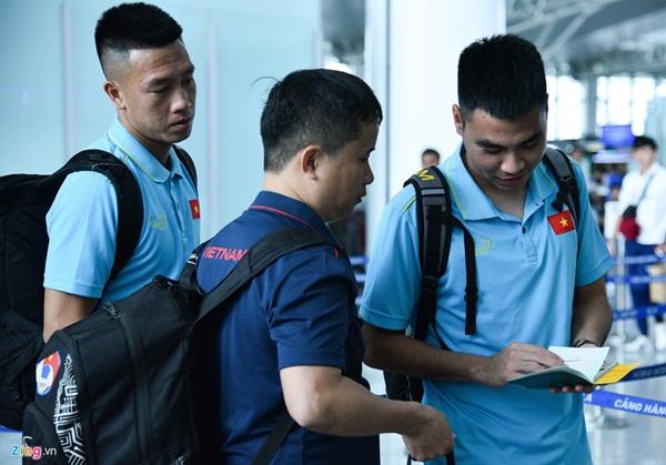 Quế Ngọc Hải trêu trợ lý của HLV Park trước giờ lên đường đến Thái Lan-8
