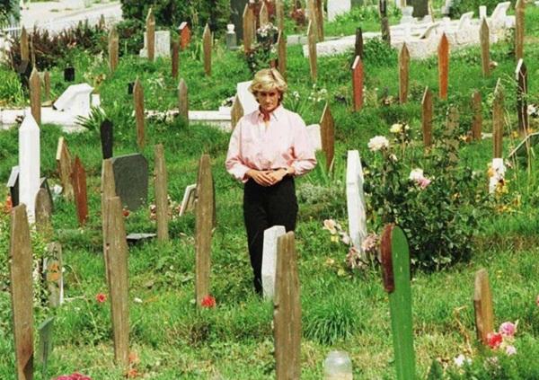 Câu chuyện phía sau khoảnh khắc Công nương Diana ôm một người mẹ xa lạ đang khóc trước mộ con chỉ vài tuần trước khi bà qua đời-1