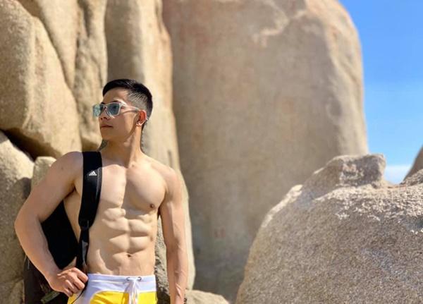 Thầy giáo trẻ sinh năm 1997 ở Đà Lạt gây sốt với body 6 múi cuồn cuộn: Đẹp trai, cơ bắp thế này ai mà chẳng thích đi học!-10