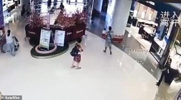 Đi mua sắm cùng bà, bé gái 1 tuổi bị người lạ đá bay như túi rác, dân mạng phẫn nộ đòi tìm cho ra tên côn đồ-2