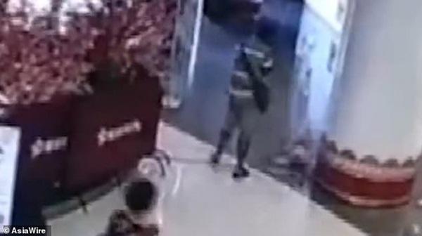 Đi mua sắm cùng bà, bé gái 1 tuổi bị người lạ đá bay như túi rác, dân mạng phẫn nộ đòi tìm cho ra tên côn đồ-4