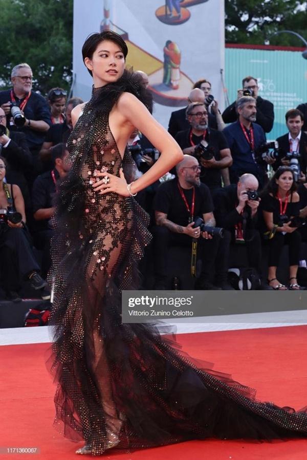 Sao nữ Nhật Bản mặc váy không nội y trên thảm đỏ LHP Venice-3