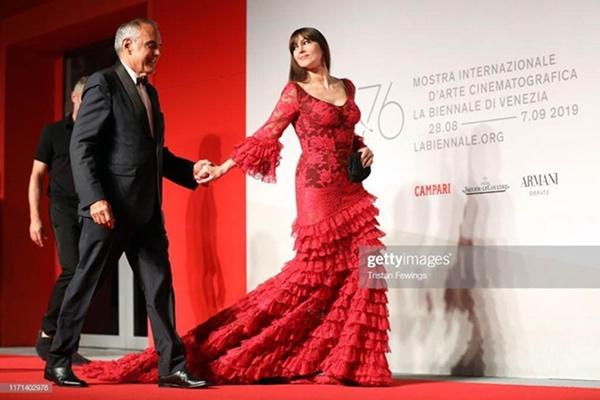 Sao nữ Nhật Bản mặc váy không nội y trên thảm đỏ LHP Venice-13