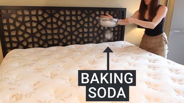 Vợ lấy baking soda rải xuống giường, chồng trẻ thấy thành quả sau 1 đêm-1