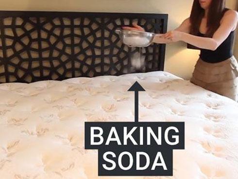 Vợ lấy baking soda rải xuống giường, chồng trẻ thấy thành quả sau 1 đêm