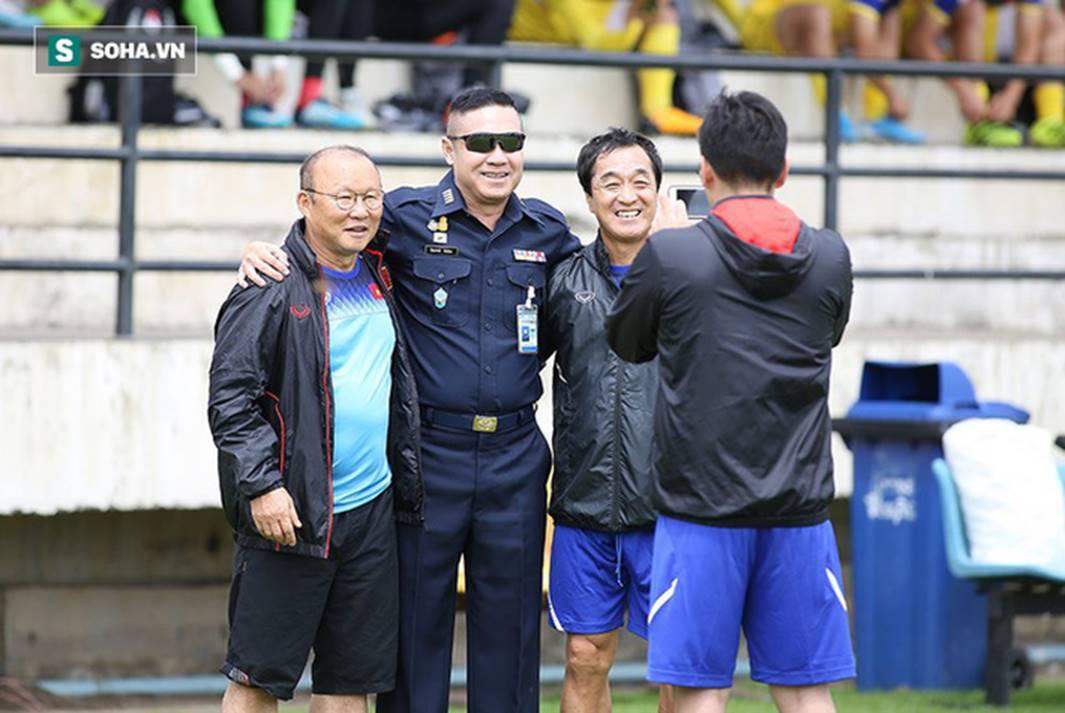 HLV Park Hang-seo đứng hình mất 5 giây trước khi ôm chầm lấy huyền thoại bóng đá Thái Lan-1