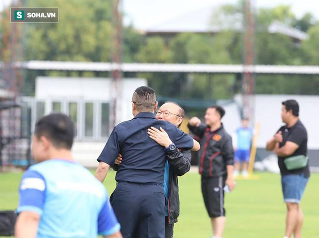 HLV Park Hang-seo đứng hình mất 5 giây trước khi ôm chầm lấy huyền thoại bóng đá Thái Lan-2