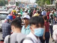 Hàng ngàn người dân từ các tỉnh đổ về Hà Nội trong chiều 2/9 khiến các bến xe, đường phố chật cứng