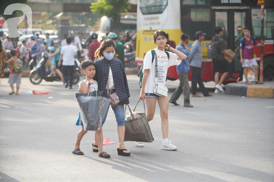 Hàng ngàn người dân từ các tỉnh đổ về Hà Nội trong chiều 2/9 khiến các bến xe, đường phố chật cứng-9