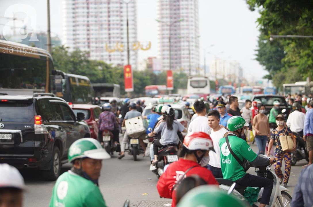 Hàng ngàn người dân từ các tỉnh đổ về Hà Nội trong chiều 2/9 khiến các bến xe, đường phố chật cứng-4