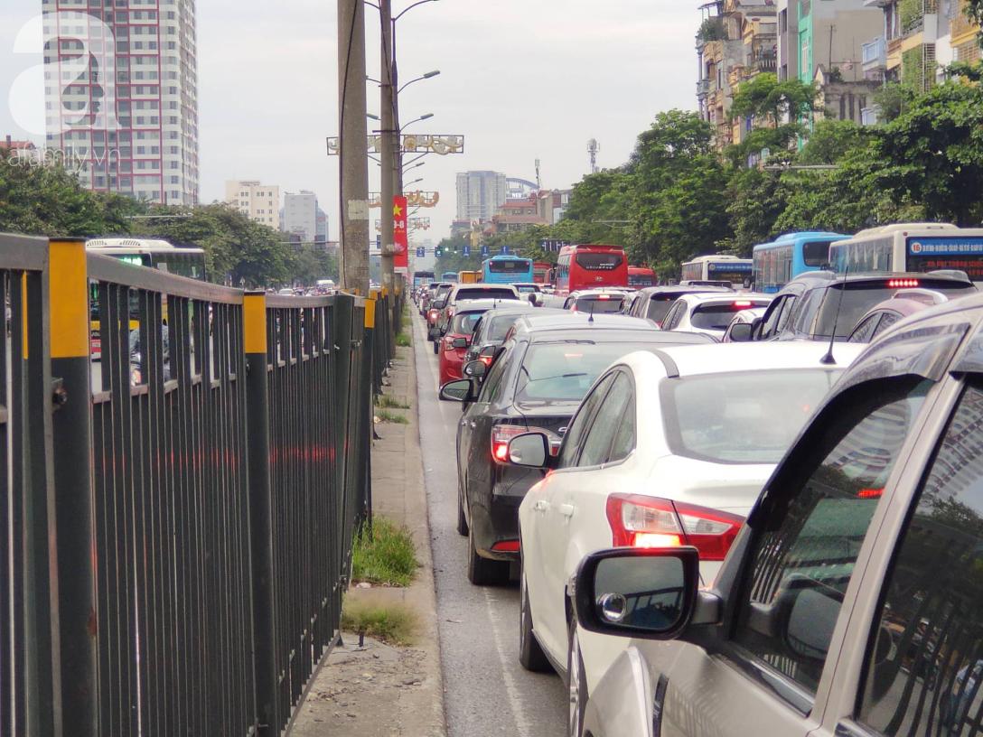 Hàng ngàn người dân từ các tỉnh đổ về Hà Nội trong chiều 2/9 khiến các bến xe, đường phố chật cứng-13