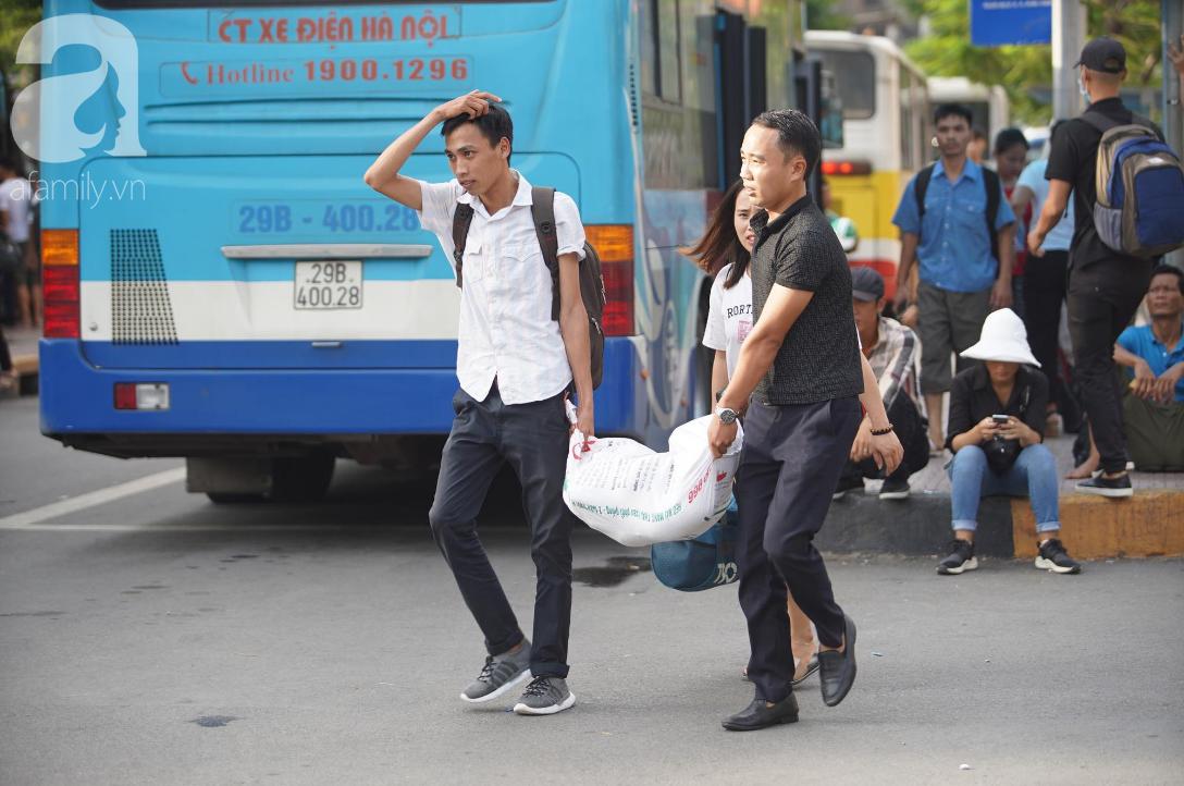 Hàng ngàn người dân từ các tỉnh đổ về Hà Nội trong chiều 2/9 khiến các bến xe, đường phố chật cứng-10